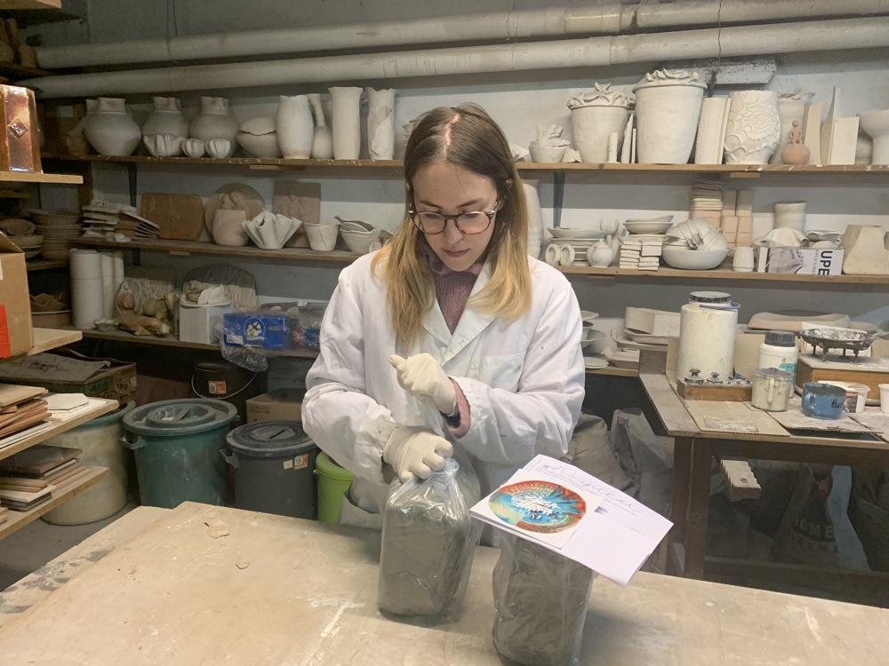 martina confeziona l'argilla da consegnare a faenza